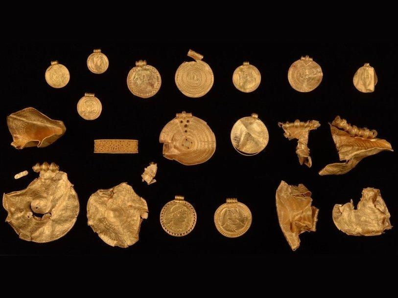 """You are currently viewing В Дании найден золотой клад VI века для """"спасения Солнца"""""""